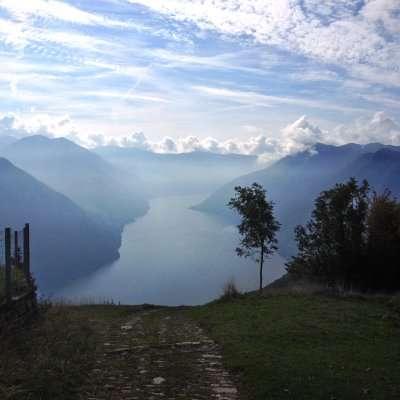 panorama lago di como in autunno