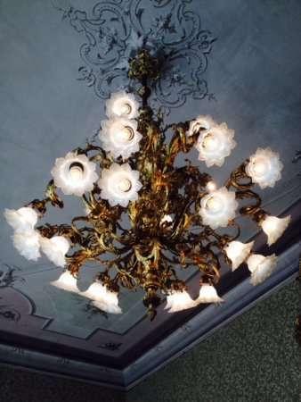 lampadario decorato di Villa Monastero a Varenna