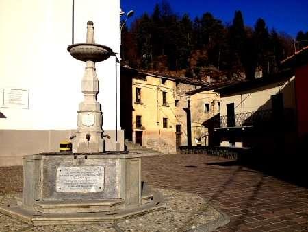 Piazza del borgo Barna, sopra Menaggio