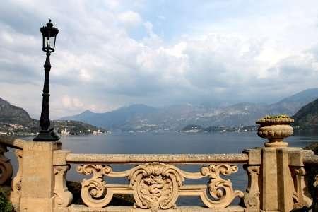 balcone affacciato sul lago di como