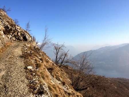 sentiero che sale ai Monti di Nava, Lago di Como