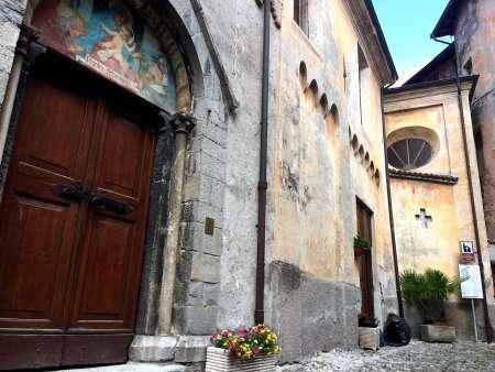chiesa del borgo dipinto di Claino in Lombardia