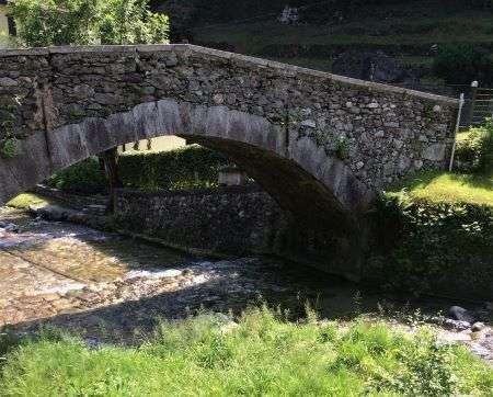 ponte romano lungo il percorso in Val Sanagra, passeggiate lago di como