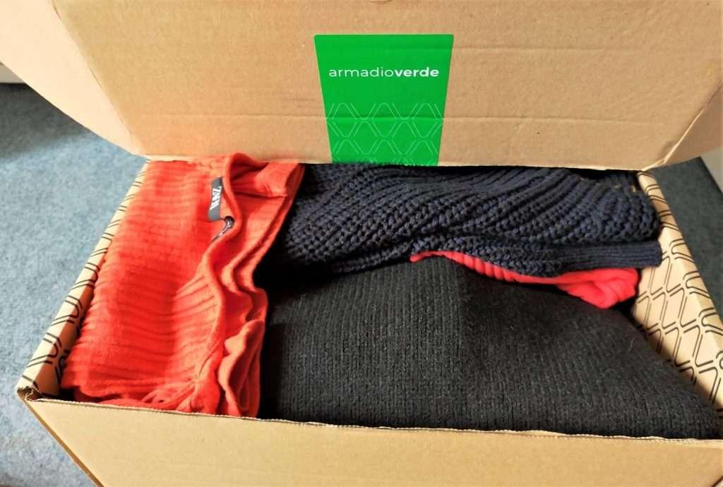 scatola con vestiti